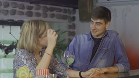 Un uomo incontra una ragazza in una barra video d archivio