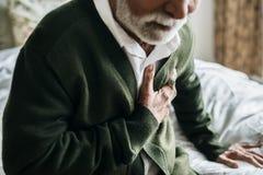 Un uomo indiano anziano con i problemi del cuore immagini stock libere da diritti