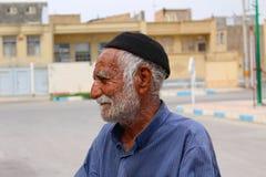 Un uomo iraniano vicino alla città sotterranea di Nushabad, Kashan, Iran fotografia stock libera da diritti