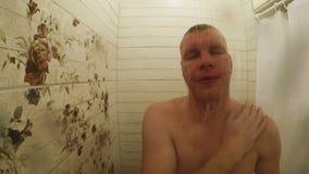 Un uomo lava nella doccia video d archivio