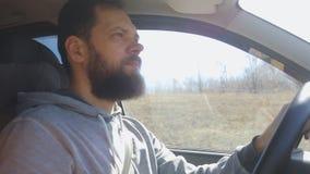 Un uomo maturo dentro la sua automobile, movente un giorno di estate video d archivio