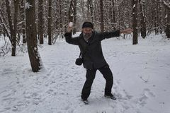 Un uomo maturo gioca le palle di neve Fotografie Stock