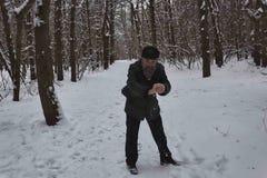 Un uomo maturo gioca le palle di neve Fotografia Stock Libera da Diritti
