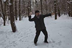 Un uomo maturo gioca le palle di neve Immagine Stock
