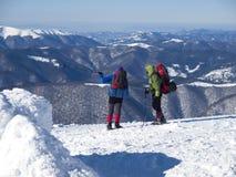 Un uomo mostra il modo nelle montagne Fotografie Stock Libere da Diritti