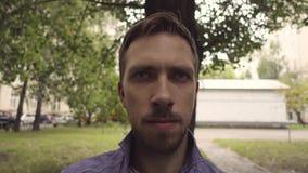 Un uomo mostra il timore di emozione, spaventato stock footage