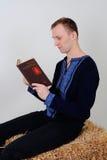Un uomo nel costume nazionale ucraino con un libro sul busine Fotografia Stock