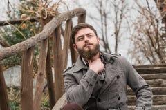 Un uomo nel parco Camminata di autunno nella sosta fotografia stock libera da diritti