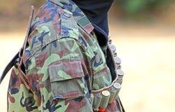 Un uomo nel vestito del soldato con il fucile e le pallottole Fotografie Stock Libere da Diritti
