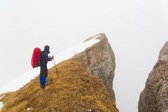 Un uomo nell'inverno di giorno della montagna Fotografia Stock Libera da Diritti