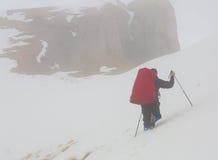 Un uomo nell'inverno di giorno della montagna Immagine Stock Libera da Diritti