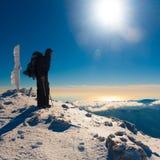 Un uomo nell'inverno di tramonto della montagna Fotografia Stock