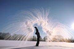 Un uomo nell'inverno sulla via Il tipo cammina sull'inverno r Fotografia Stock