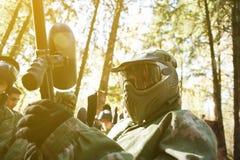 Un uomo nella maschera per il paintball con la pistola Immagini Stock