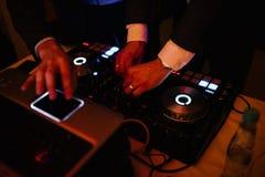 Un uomo partecipa al DJ ed agli impianti come il DJ fotografia stock