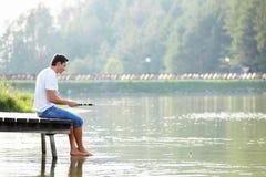 Un uomo pesca fotografie stock
