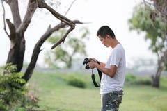 Un uomo prende le foto Fotografia Stock