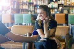 Un uomo presenta una proposta per sposare la ragazza alla barra immagini stock