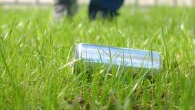 Un uomo raccoglie l'immondizia dall'erba riciclaggio Protegga l'ambiente video d archivio