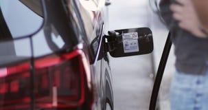 Un uomo riempie una benzina senza piombo di qualità dell'automobile archivi video