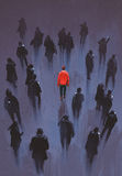 Un uomo rosso che sta con l'altra gente con il telefono, persona unica nella folla Fotografia Stock