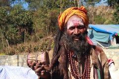 Un uomo santo indù non identificato partecipa al festival di Swasthani Brata Katha tenuto al tempio di Swasthani Matha fotografia stock