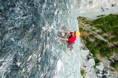 Un uomo scala la roccia Fotografie Stock Libere da Diritti