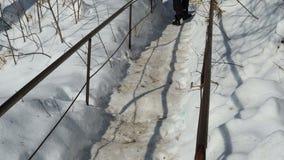 Un uomo scala le scale sporcate neve in moda da non potervi vedere voi i punti archivi video