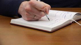 Un uomo scrive una penna bianca stock footage