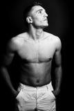 Un uomo senza camicia che osserva in su Fotografia Stock Libera da Diritti