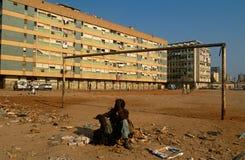 Un uomo senza casa in Angola guerra-devastata. Immagini Stock Libere da Diritti