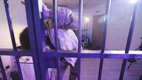 Un uomo senza tetto con le ferite e una barba balla nella cella di prigione archivi video