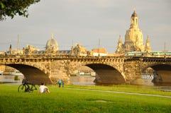 Un uomo si è disteso a Dresda, Germania. Fotografia Stock Libera da Diritti