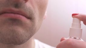 Un uomo si occupa della pelle del suo fronte dopo la rasatura con un idratante archivi video