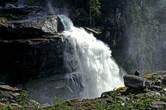 Un uomo si siede davanti ad una delle cascate di Krimml Fotografia Stock