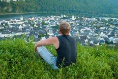 Un uomo si siede sulla collina del fiume Mosella Fotografia Stock