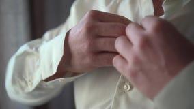 Un uomo si veste in una camicia stock footage