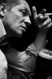 Un uomo solitario si siede ad una barra Fotografie Stock Libere da Diritti