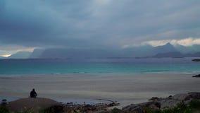 Un uomo solo su una spiaggia vuota stock footage