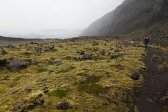 Un uomo solo su una strada islandese in una nebbia immagine stock libera da diritti