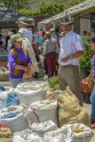 Un uomo sta accanto ai suoi sacchi di grano fotografie stock libere da diritti