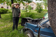 Un uomo sta accanto alla macchina rotta Fotografie Stock