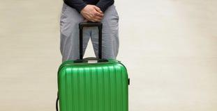 Un uomo sta aspettando la deportazione all'aeroporto Deportando di un cittadino straniero Partenza volontaria ed invio obbligator immagini stock