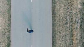 Un uomo sta correndo lungo la strada Vista da sopra aereo stock footage