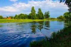 Un uomo sta galleggiando su un kajak nave Fotografie Stock