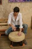 Un uomo sta giocando un tamburino Immagini Stock Libere da Diritti