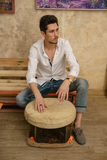 Un uomo sta giocando un tamburino Fotografia Stock Libera da Diritti