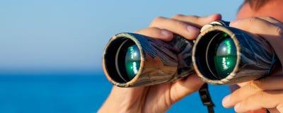 Un uomo sta guardando al binoculare Immagini Stock Libere da Diritti