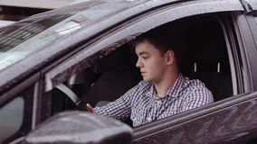 Un uomo sta guidando in un'automobile stock footage