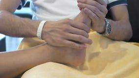 Un uomo sta massaggiando qualcuno piede video d archivio